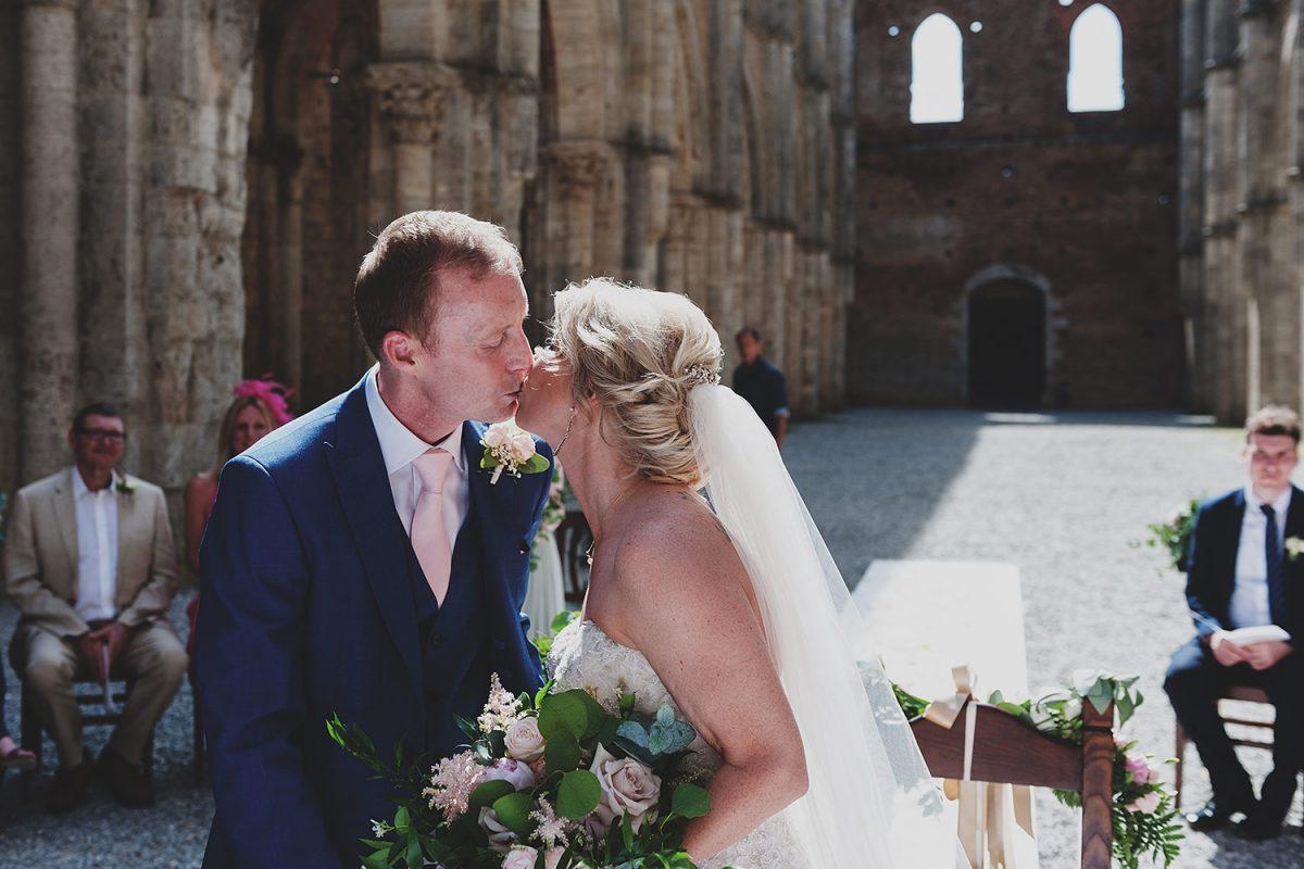 Romantic wedding in San Galgano, Siena
